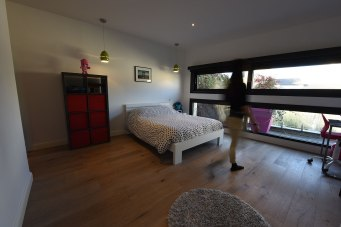 Une des chambres de votre maison à Bordeaux, avec vue sur jardin. 27 m2 avec salle d'eau et douche à l'italienne.